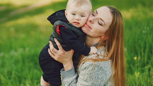 赤ちゃんが抱っこを嫌がる理由は? 対処方法と共に解説